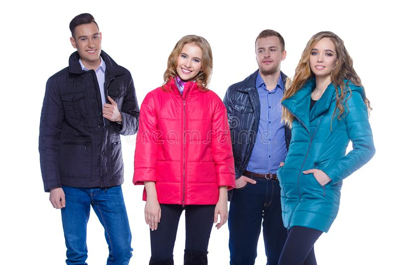 Couples dans des vêtements d'hiver photographie stock libre de droits