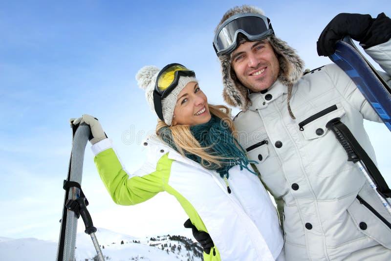 Couples dans des vacances d'hiver de ski photos libres de droits