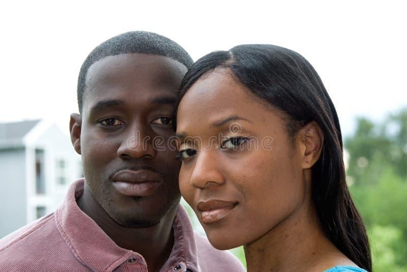 Couples dans l'étreinte - horizontale image stock
