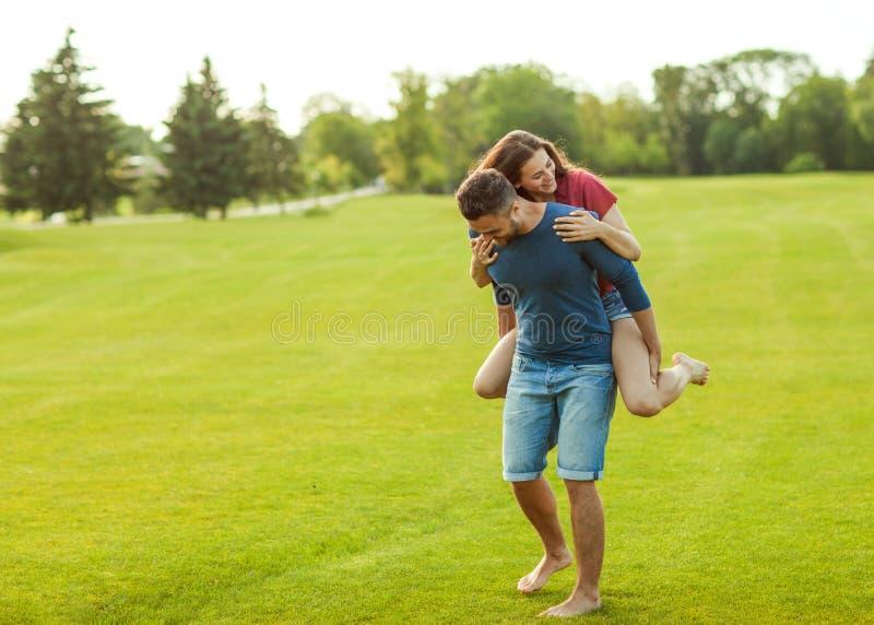 Couples dans l'amour étreignant en parc, concept de jour du ` s de Valentine photos stock