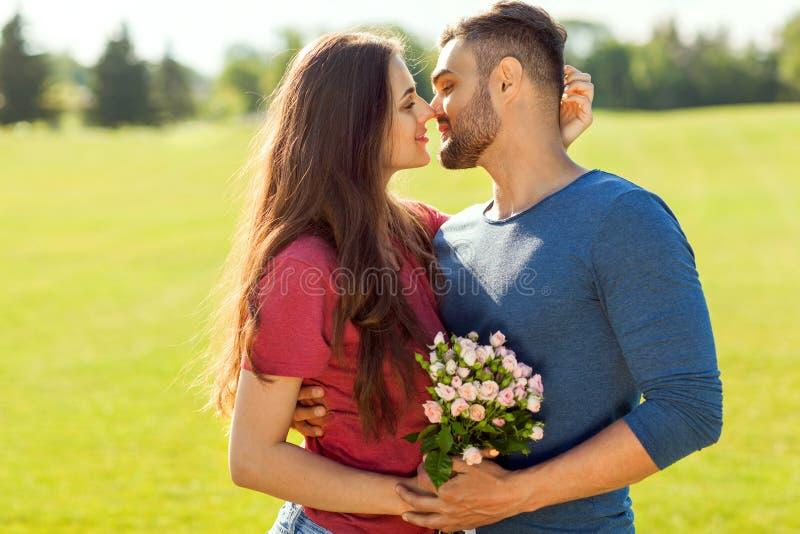 Couples dans l'amour étreignant en parc, concept de jour du ` s de Valentine images libres de droits