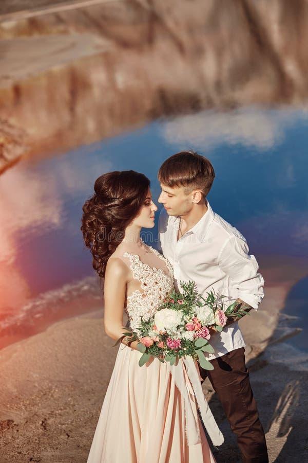 Couples dans l'amour étreignant dans la perspective des montagnes et du r images libres de droits