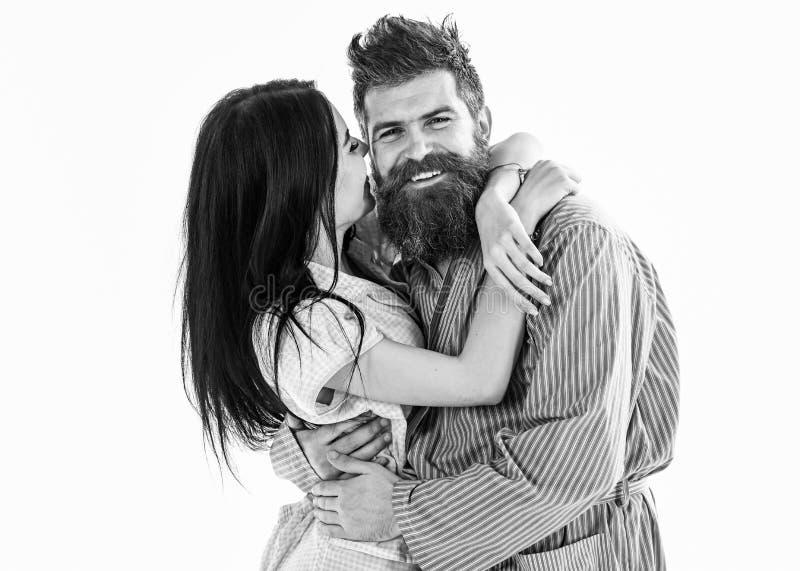 Couples dans l'amour étreignant dans le pyjama, peignoir Couplez la caresse, fille embrassant le macho, d'isolement sur le fond b image libre de droits
