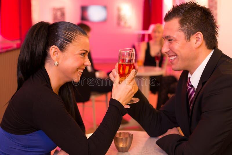 Couples dans l'amour appréciant des boissons image stock