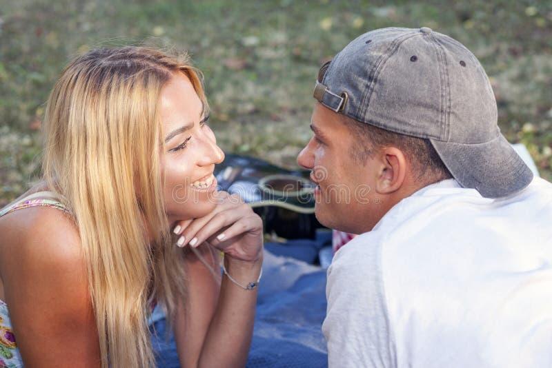 Couples dans l'amour appréciant et se regardant face à face photos libres de droits