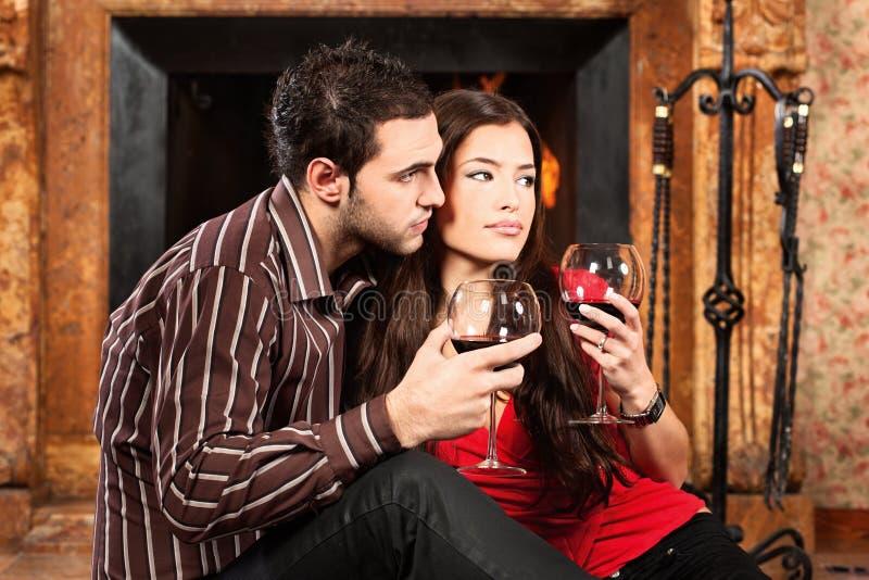 Couples dans l'amour appréciant le vin image stock