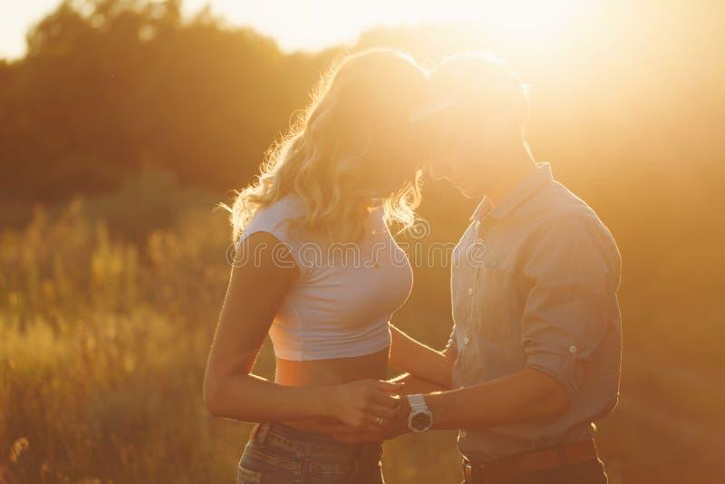 Couples dans l'amour au coucher du soleil images stock