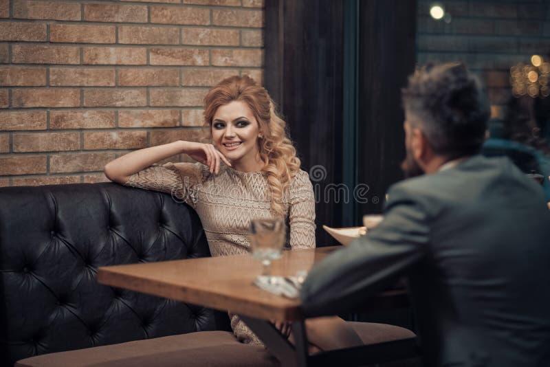 Couples dans l'amour au restaurant couples dans l'amour mangeant à la date romantique photos libres de droits