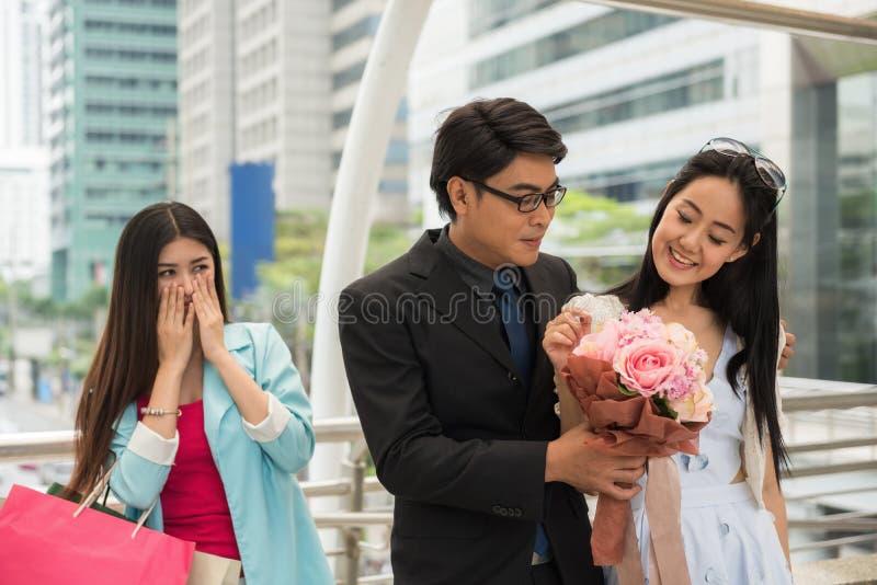 Couples dans l'amour avec l'ami jaloux photos stock