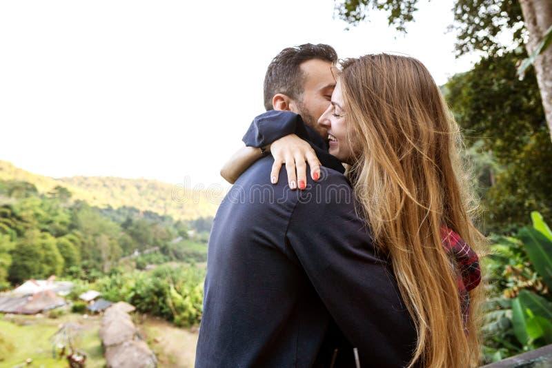 Couples dans l'amour avec les montagnes dans les tropiques photographie stock libre de droits