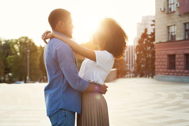 Couples dans l'amour ayant des moments tendres romantiques au coucher du soleil photographie stock