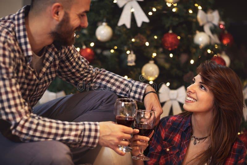 Couples dans l'amour célébrant Noël à la maison photographie stock libre de droits