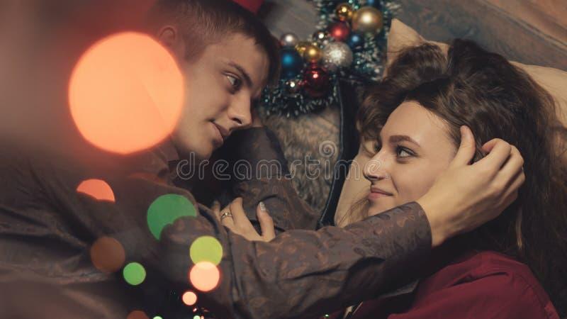 Couples dans l'amour célébrant Noël images stock