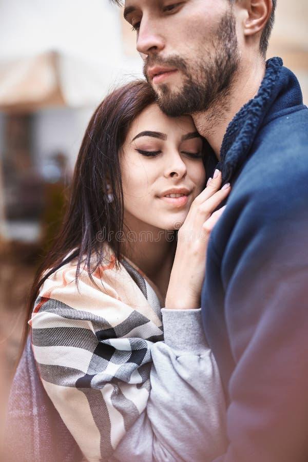 Couples dans l'amour Dater dans la ville images libres de droits