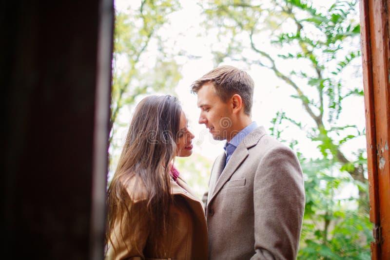 Couples dans l'amour dehors image libre de droits