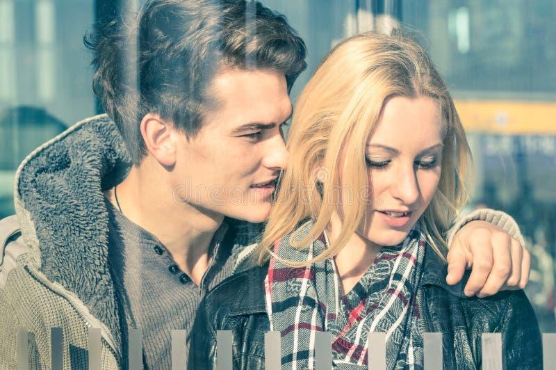 Couples dans l'amour derrière les réflexions en verre photos libres de droits