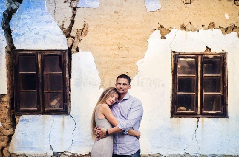 Couples dans l'amour devant une vieille maison photo stock