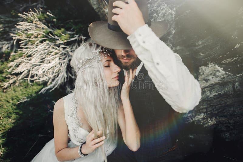 Couples dans l'amour embrassant en belles montagnes de Matterhorn, Switze image libre de droits