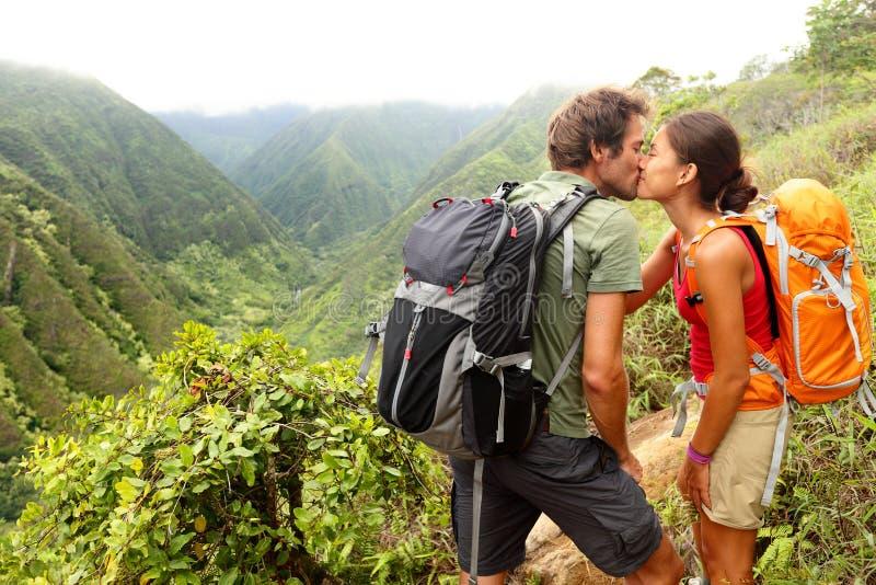 Couples dans l'amour embrassant tout en augmentant sur Hawaï photos libres de droits