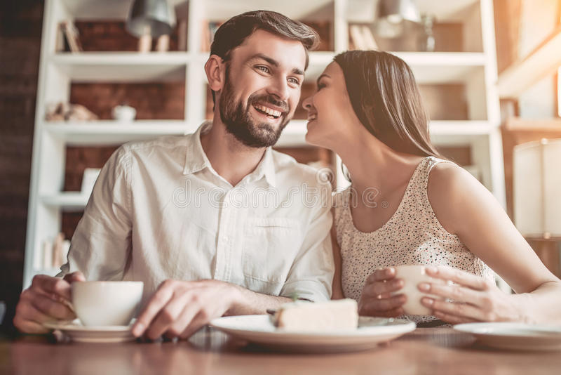 Couples dans l'amour en café images stock