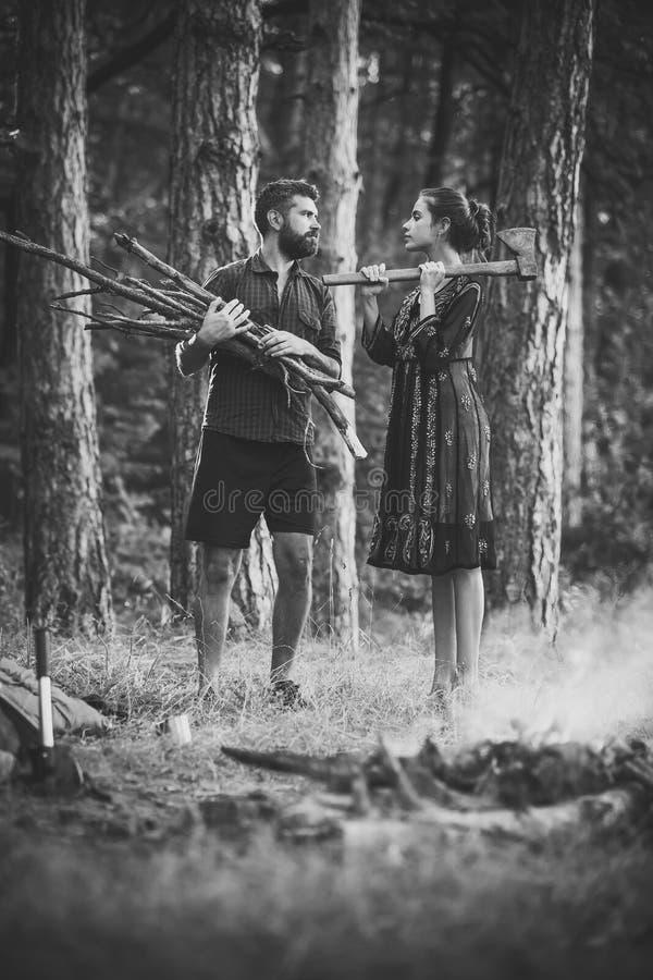 Couples dans l'amour Hache de prise de bûcheron de femme photo libre de droits