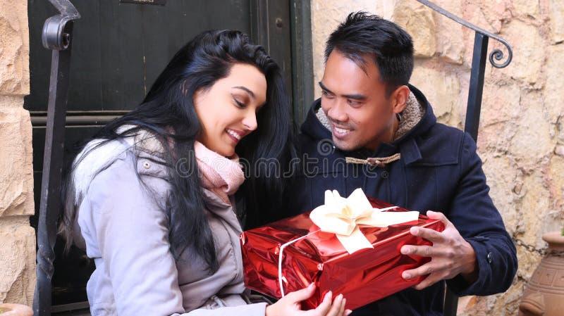 Couples dans l'amour Homme étonnant son amie photographie stock