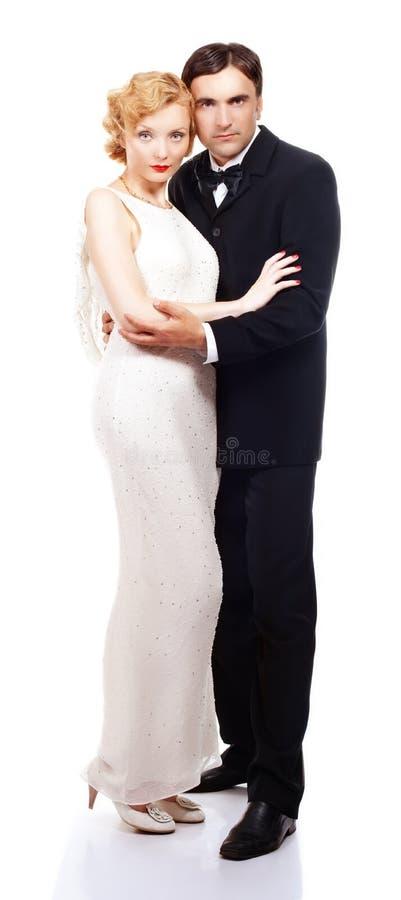 Couples dans l'amour posant dans le rétro style image libre de droits
