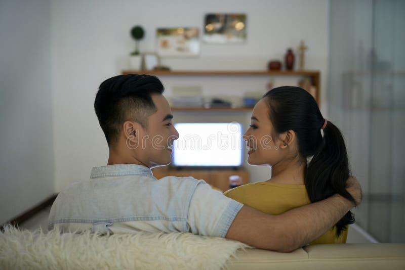 Couples dans l'amour se reposant à la maison images libres de droits