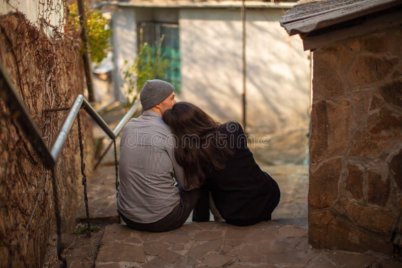Couples dans l'amour se reposant sur les escaliers photo stock