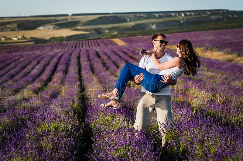 Couples dans l'amour sur des gisements de lavande Garçon et fille dans les domaines de fleur photos stock