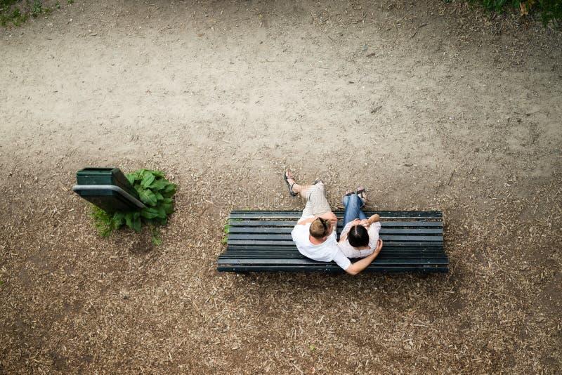 Couples dans l'amour sur un banc images stock