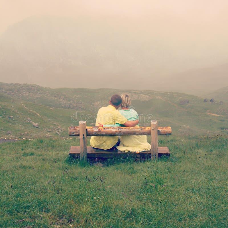 Couples dans l'amour sur un dessus de montagne photo libre de droits