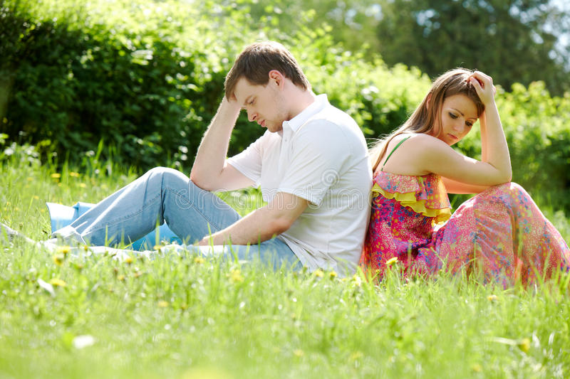Couples dans l'herbe images stock