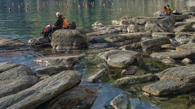 Couples dans l'intimité sur le rivage de la mer de 5 terre, Ligurie, Italie images libres de droits