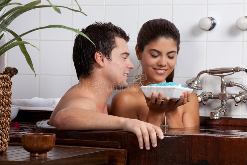 Couples dans la baignoire image libre de droits