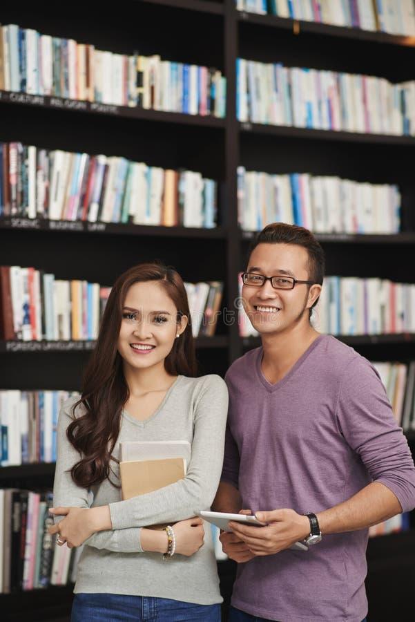 Couples dans la bibliothèque photos stock