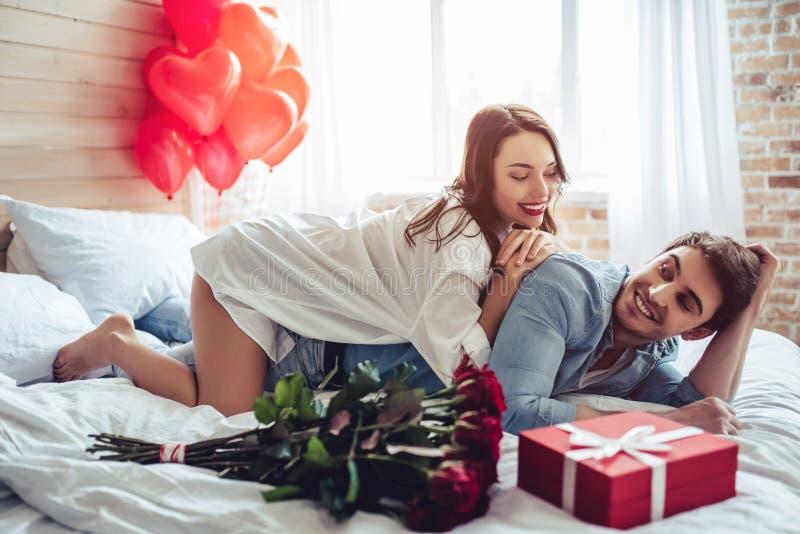 Couples dans la chambre à coucher photos stock