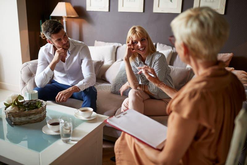 Couples dans la consultation psychologique images stock