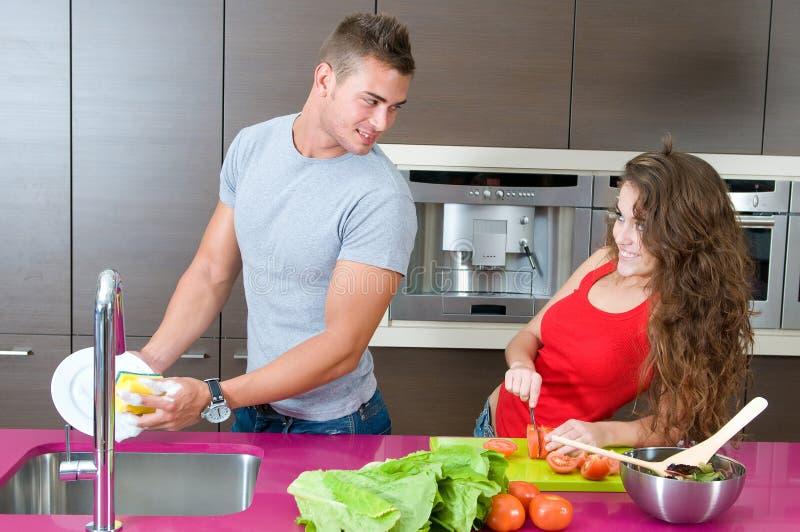Couples dans la cuisine   photo libre de droits