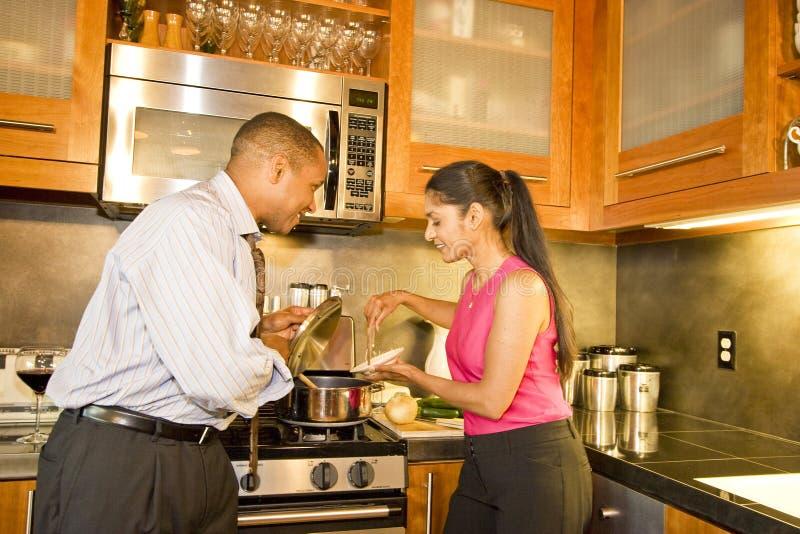 Couples dans la cuisine \ images stock