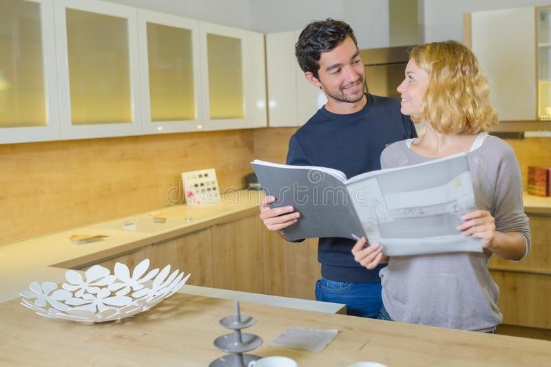 Couples dans la cuisine de concepteur photographie stock