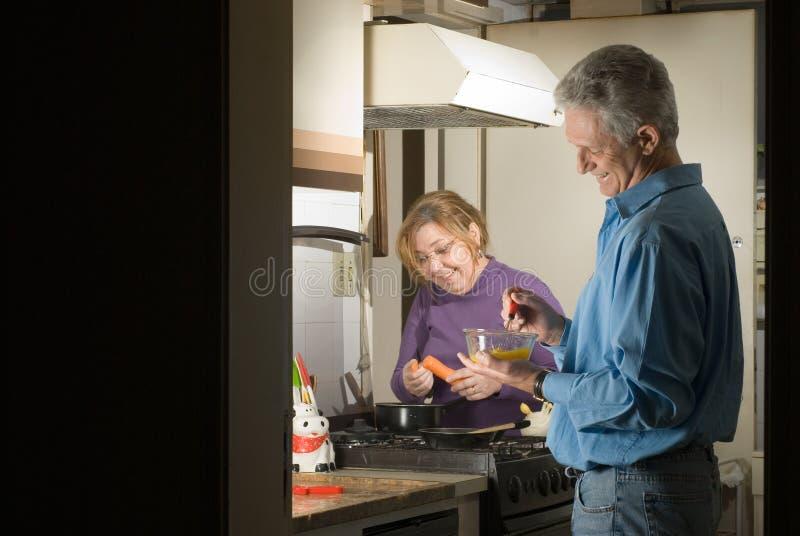 Couples dans la cuisine - horizontale photos stock