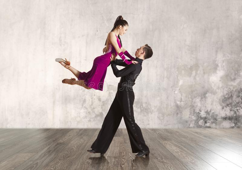 Couples dans la danse de salle de bal active photo stock