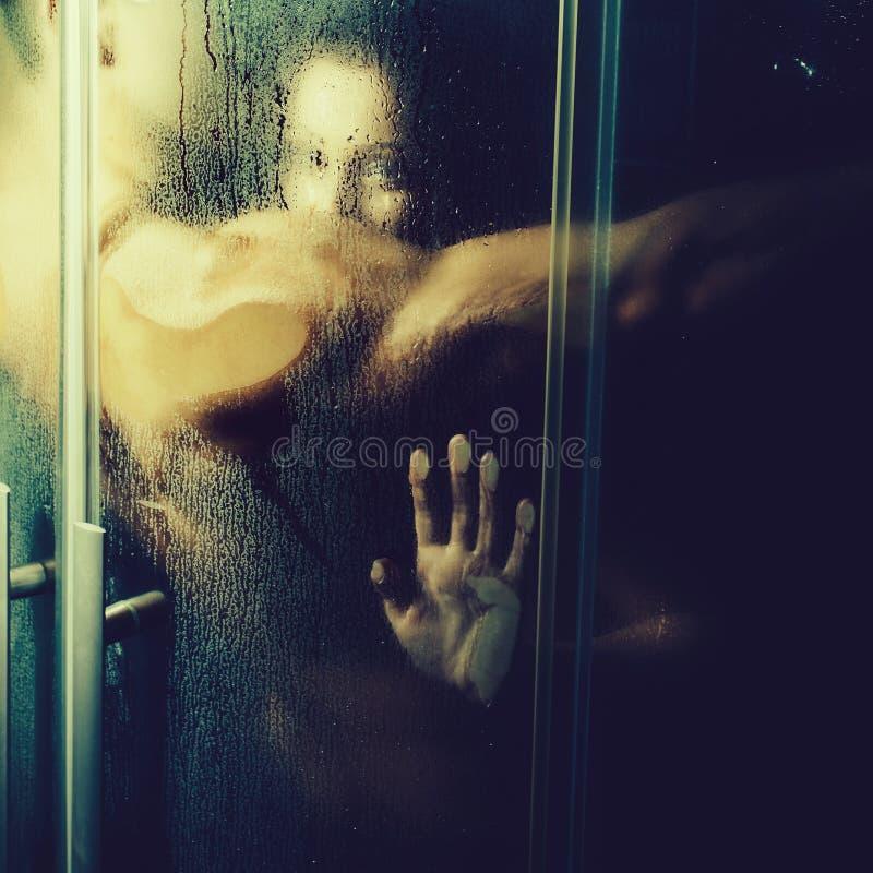 Couples dans la douche image stock