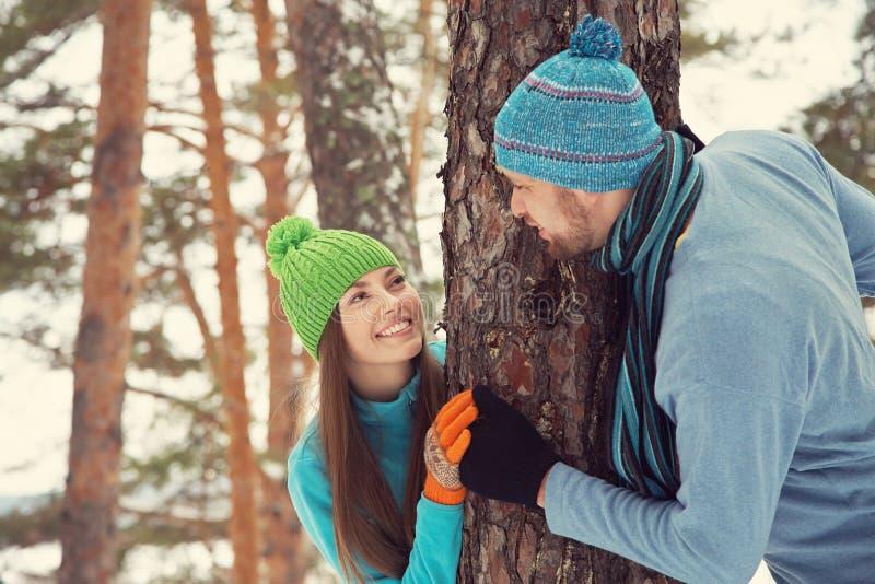 Couples dans la forêt d'hiver photos stock