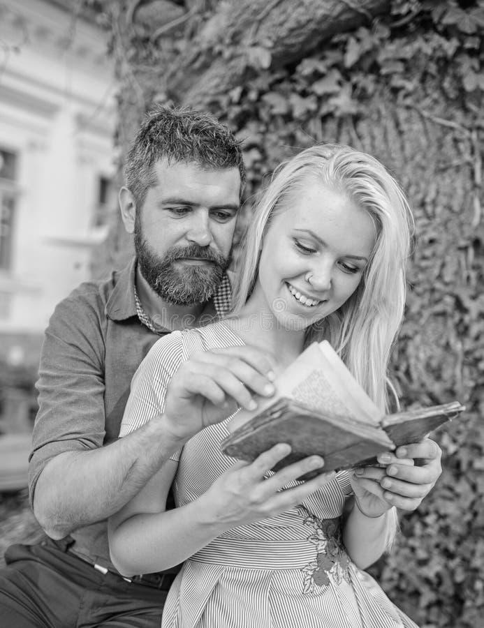 Couples dans la lecture d'amour, de professeur et d'étudiant, photos libres de droits