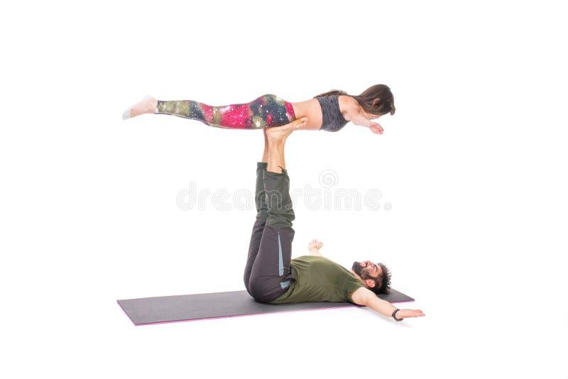 Couples dans la pose de yoga photos libres de droits
