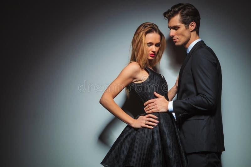 Couples dans la pose noire embrassée dans le studio images stock
