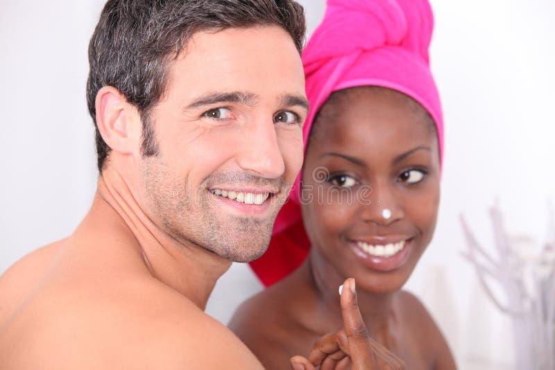 Couples dans la salle de bains image stock image du - Belle mere dans la salle de bain ...
