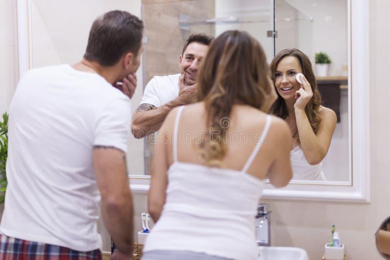 Couples dans la salle de bains photo stock